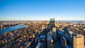 Взгляд панорамы городского города воздушный. Вид с воздуха Бостона с небоскребами на заходе солнца с горизонтом города к центру го Стоковые Изображения