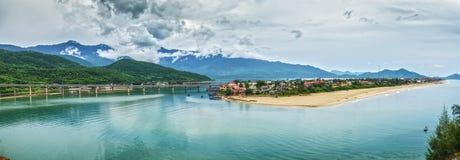 Взгляд панорамы залива Lang Co от Hai Van Проходить Стоковые Фото