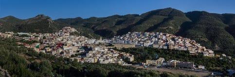 Взгляд панорамы над Священным городом Moulay Idriss Zerhoun включает стоковая фотография
