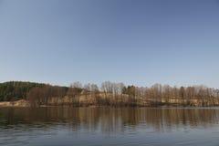 Взгляд панорамы озера осени весны в Dzukija, Литве Стоковые Изображения