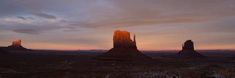 Взгляд панорамы долины памятника на заходе солнца Стоковое фото RF