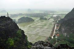 Взгляд панорамы полей риса, утесов и пагоды горной вершины Стоковая Фотография