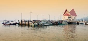 Взгляд панорамы пристани Loi koh для туриста идет к sichang koh стоковые изображения