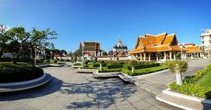 Взгляд панорамы Wat Ratchanaddaram и Loha Стоковое Изображение