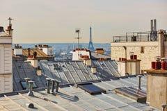 Взгляд парижских крыш и Эйфелевой башни от Montmarte, Парижа, Франции Стоковые Фото