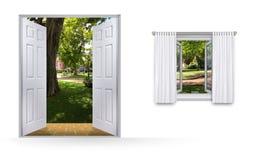Взгляд парка через открыть дверь и окно Стоковое Фото