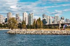 Взгляд парка Vanier от пляжа Kitsilano в Ванкувере, Канаде Стоковые Изображения