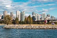 Взгляд парка Vanier от пляжа Kitsilano в Ванкувере, Канаде Стоковое Фото