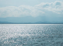 Взгляд пейзажа океана с отражением тени солнечного света в Мьянме и солнечных облаках и острове неба на голубом океане горизонта  Стоковое Изображение RF