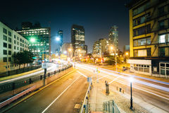 Взгляд пересечения в SoHo на ноче, в Манхаттане, Нью-Йорк Стоковое фото RF