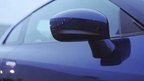 Взгляд переднего зеркала нового синего автомобиля представление Показывать модель осени Холодные тени сток-видео