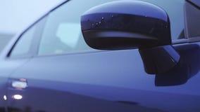 Взгляд переднего зеркала синего нового автомобиля представление показ осени Холодные тени сток-видео