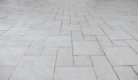 Взгляд перспективы камня кирпича белого квадрата Grunge на том основании для дороги улицы Тротуар, подъездная дорога, Pavers Стоковые Изображения