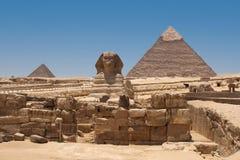 Взгляд пирамиды Khafre от сфинкса Гизы, Египта Стоковая Фотография