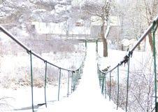 Взгляд покрытого снег моста в деревне Стоковое фото RF