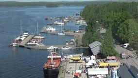Взгляд портового города Puumala на солнечный день в июне Финляндия видеоматериал