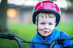 Взгляд портрета мальчика велосипедиста outdoors в парке Стоковые Изображения