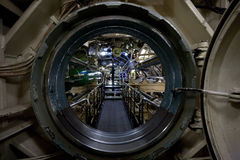 Взгляд подводной лодки внутренний через люк -лаз стоковое изображение rf