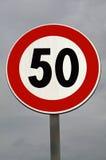 взгляд подкраской дорожного знака угла голубой широко Утихомиривать движения Максимальная скорость 50 km стоковое изображение
