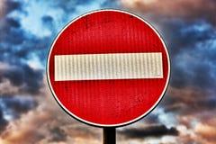 взгляд подкраской дорожного знака угла голубой широко Стоковая Фотография