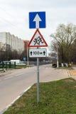 взгляд подкраской дорожного знака угла голубой широко Стоковые Изображения