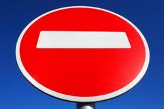 взгляд подкраской дорожного знака угла голубой широко Стоковые Изображения RF