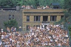 Взгляд полного места на открытой трибуне, полный вентиляторов во время профессионального бейсбольного матча, Wrigley Field, Иллин Стоковое фото RF