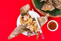Взгляд положения верхней части испаренных китайских вареника или zongzi риса служил с восточным чаем Стоковая Фотография