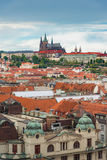 Взгляд Праги сверху в дневном времени с пасмурным голубым небом, Vertica стоковая фотография