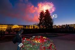 Взгляд праздничных цветков и салюта в день победы дальше Стоковое Изображение
