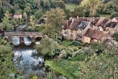 Взгляд привлекательно старомодный сельской французской деревни страны сценарный Стоковое фото RF