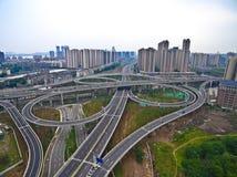 Взгляд птиц-глаза воздушного фотографирования lan дороги моста виадука города стоковое фото
