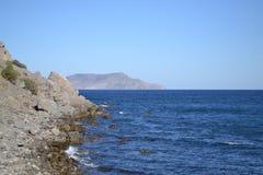 Взгляд пустого пляжа noviy svet Крым Стоковое фото RF