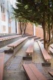Взгляд пустых стенда и дерева Стоковые Изображения