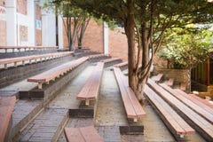 Взгляд пустых стенда и дерева Стоковые Фотографии RF