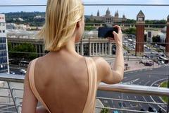 Взгляд путешественника женщины фотографируя городской с мобильным телефоном Стоковое фото RF