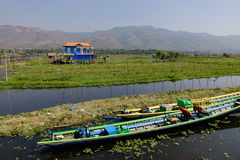 Взгляд плавая деревни на озере инкрустаци в Шани, Мьянме Стоковое Фото