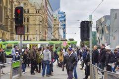 Взгляд плакатов расизма стопа удерживания протестующего теперь вне станции улицы щепок в Мельбурне Стоковые Изображения RF