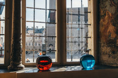 Взгляд площади ратуши от фармации Raeapteek Красные и голубые бутылки в самой старой фармации в Европе Стоковое Фото