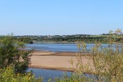 Взгляд пляжа и деревни стоковое фото rf