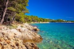Взгляд пляжа моря и камня бирюзы Стоковая Фотография
