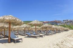 Взгляд пляжа песка в туристическом комплексе в Sveti Vlas, Болгарии Стоковые Фото