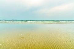 Взгляд пляжа песка и море развевают на после полудня, красивом пляжа и моря Стоковые Фото