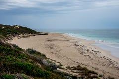 Взгляд пляжа рыболова полого в пасмурной погоде, западном Au Стоковые Фотографии RF