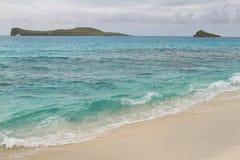 Взгляд пляжа с белым песком залива Gardner стоковая фотография rf
