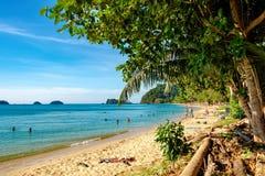 Взгляд пляжа с белым песком, Koh Chang, Таиланд Стоковые Изображения RF