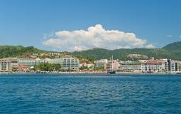 Взгляд пляжа с гостиницами и sunbeds от моря Стоковые Фото