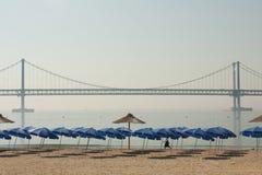 Взгляд пляжа с мостом Стоковое фото RF