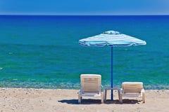 Взгляд пляжа с стулами и зонтиками Стоковая Фотография RF