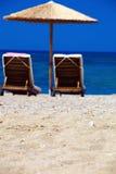 Взгляд пляжа с стулами и зонтиками Стоковое Изображение